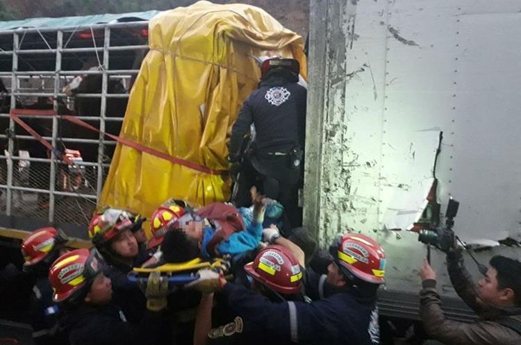 Socorristas rescatan de la cabina de uno de los camiones a un niño, en la Ruta Nacional 14, Pastores, Sacatepéquez. (Foto Prensa Libre: Víctor Chamalé)