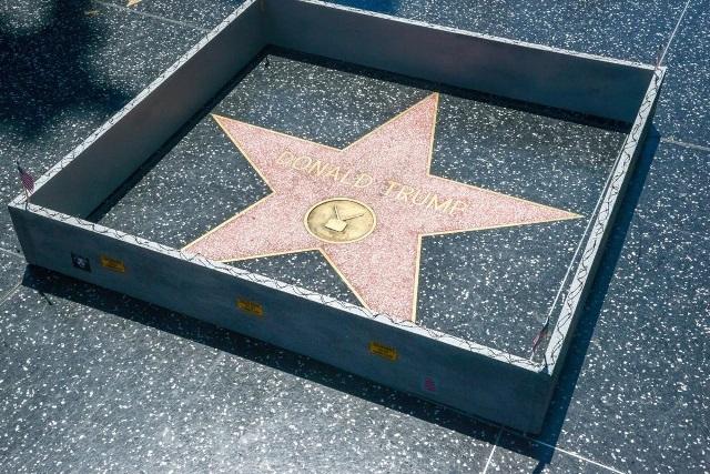 Le ponen un muro a la estrella de Donald Trump. (Foto Prensa Libre: EFE)