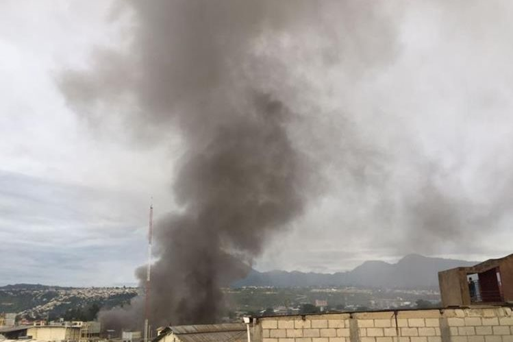 Una procesadora de pollo fue afectada por el incendio. (Foto Prensa Libre: Érick Ávila)
