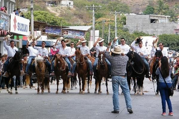Asistentes aprovecharon la oportunidad para tomar fotografías del evento.(Foto Prensa Libre: Héctor Contreras)
