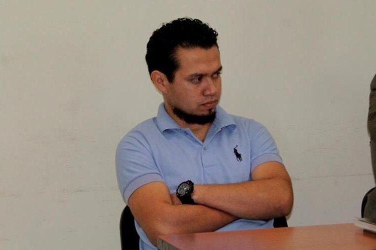 Carlos Vela Córdoba, de 28 años, agente de PNC, fue enviado a juicio por extorsión. (Foto Prensa Libre: María José Longo)