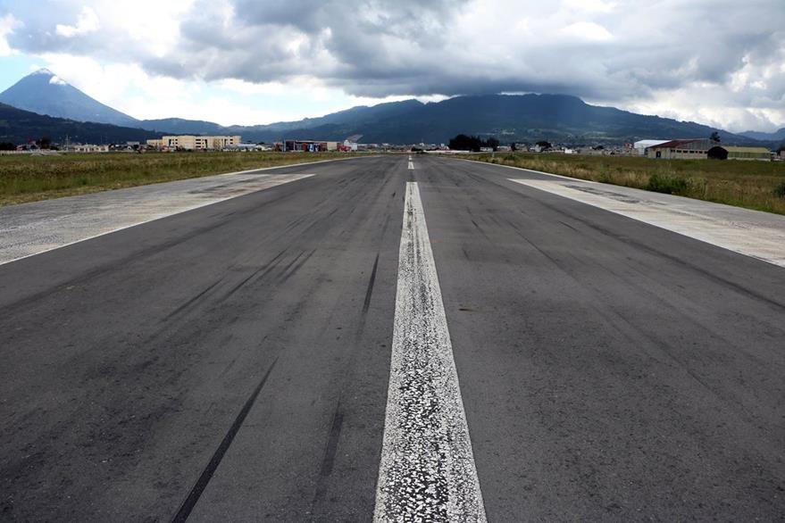 Veintitrés metros de ancho y 2.3 kilómetros es el largo de la pista del aeródromo (Foto Prensa Libre: Carlos Ventura)