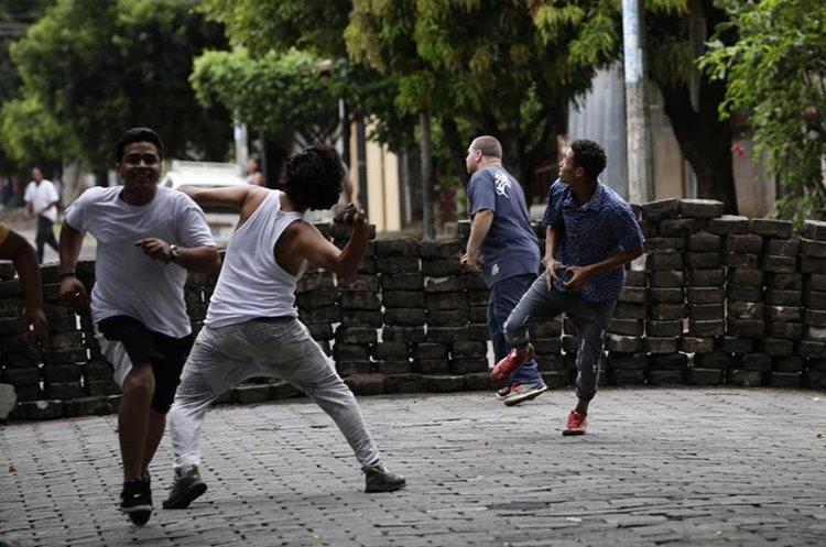 Manifestantes se enfrentan con la Policia Nacional en los barrios de Managua, Nicaragua.(EFE).