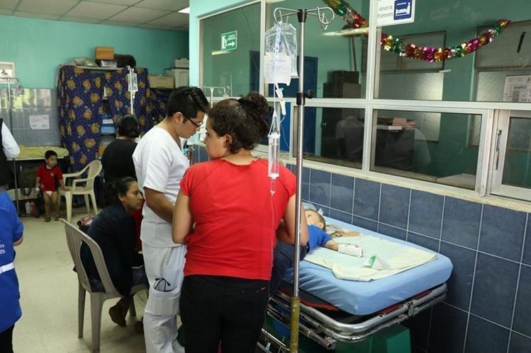 El Hospital Regional de Escuintla atiende a gran cantidad de personas, por lo que usuarios piden dotarlo de más recursos. (Foto Prensa Libre: Enrique Paredes).