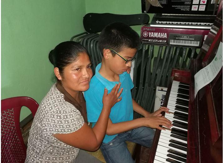 Magdalena Pedro Tomás acompaña a su hijo, Héctor, a la academia Nueva Canción. (Foto Prensa Libre: Óscar García)