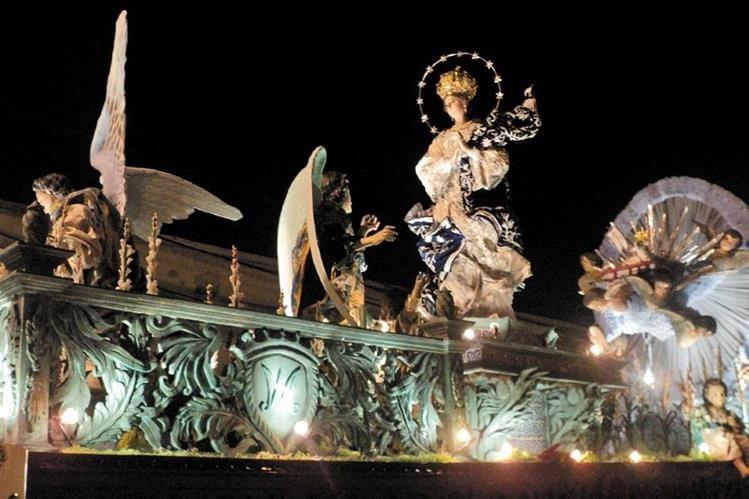 Rezado de la Virgen de Concepción, a su paso por el barrio Gerona zona 1, en el 2014.