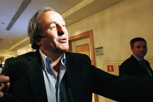 Michel Platini presidente de la UEFA se encuentra en Varsovia previo a la final de la Europa League. (Foto Prensa Libre: AP)