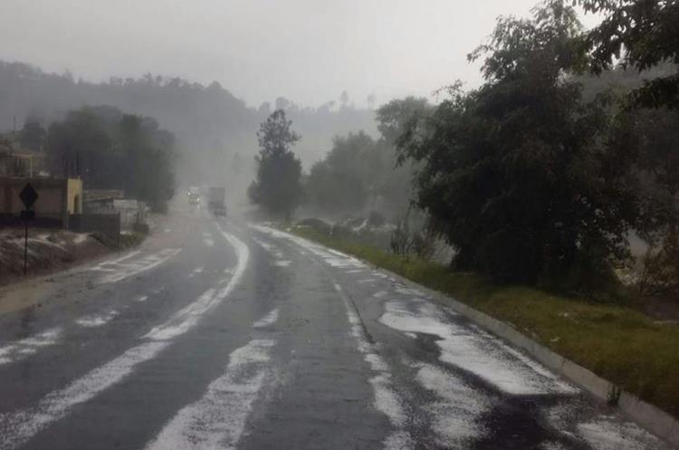 La fuerte caída de granizo de esta tarde cubrió la carretera en Totonicapan.