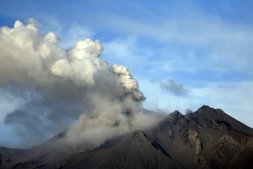Vista del volcán calbuco, en erupción, desde la localidad de Puerto Montt en Los Lagos, Chile. (Foto Prensa Libre: EFE).