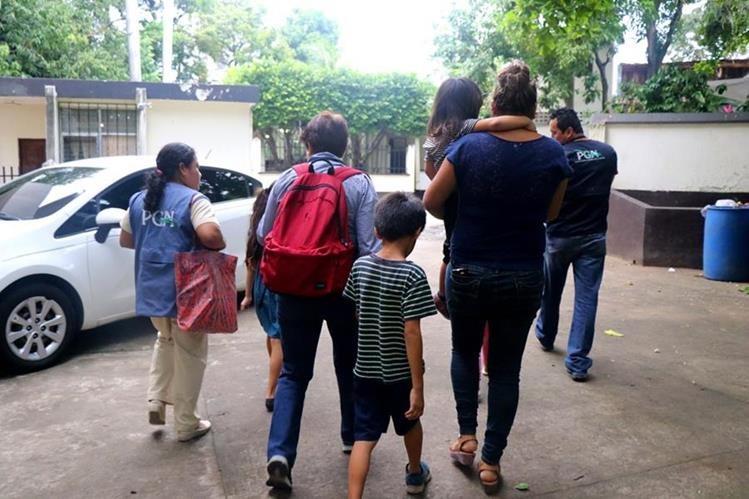 Los hermanos son llevados al juzgado de paz para posteriormente llevarlos a una casa hogar. Foto Prensa Libre: Rolando Miranda.