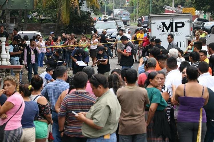 Fiscales del Ministerio Público y agentes de la Policía Nacional Civil, recaban evidencias en la escena del crimen. (Foto Prensa Libre: Enrique Paredes)