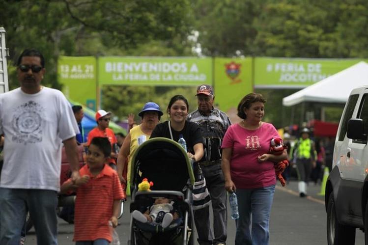 Decenas de personas visitan la Feria de Jocotenango que se ubica en la zona 2 de la capital. (Foto Prensa Libre: José Luis Escobar)