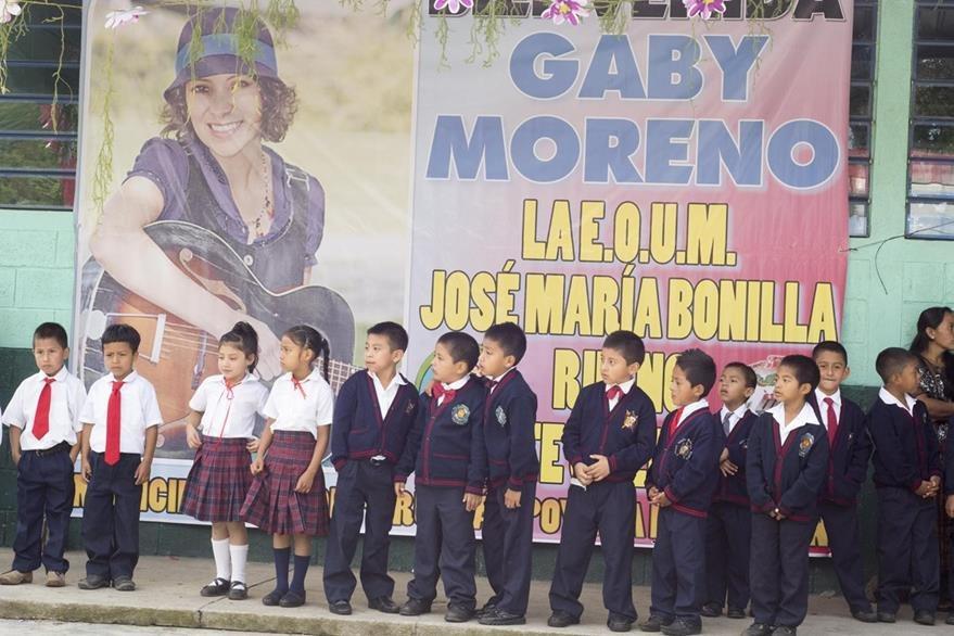 Niños de la escuela José María Bonilla Ruano recibieron con alegría a Gaby Moreno. (Foto Prensa Libre: Carlos Grave)