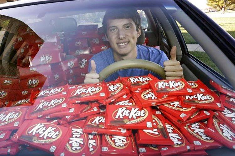 Hunter Jobbins reparte chocolates por todo el campus. (Foto Prensa Libre:AP)