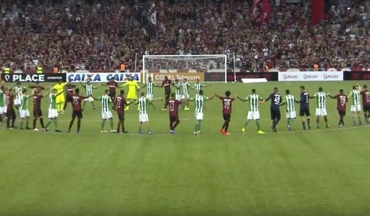 El clásico brasileño entre el Atlético Paranaense y el Coritiba no se celebró debido a un conflicto de derechos de transmisión entre una televisora y YouTube.(Foto Prensa Libre: YouTube)