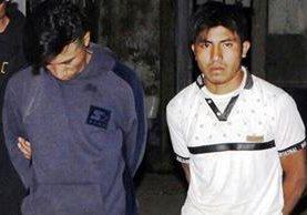 Luego de ser rescatados de una turba, los dos presuntos violadores fueron llevados a la subestacion de la PNC de San Pedro Pinula. (Foto Prensa Libre: Hugo Oliva)