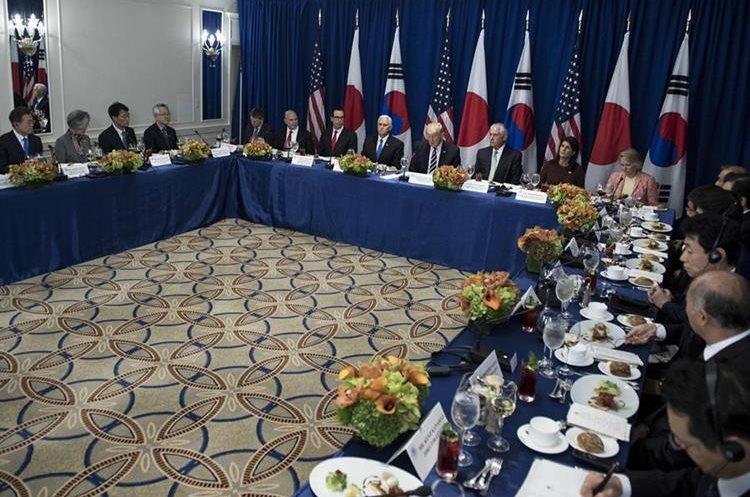 Los mandatarios de Corea del Sur, Moon Jae-in,de Estados Unidos, Donald Trump y el primer ministro de Japón, Shinzo Abe, participan en almuerzo en Nueva York. (AFP).