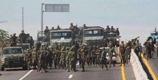 Ejército mexicano patrulla en las calles en el estado de Michoacán.
