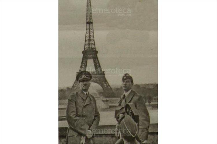 Adolfo Hitler y el artista alemán  Arno Breker posan frente a la Torre Eiffel en junio de 1944, después de que Alemania ocupó Francia. (Foto: Hemeroteca PL)