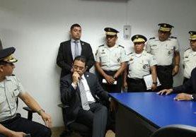 Presidente y ministro de Gobernación visitaron la comisaría 14. (Foto Prensa Libre: PNC)