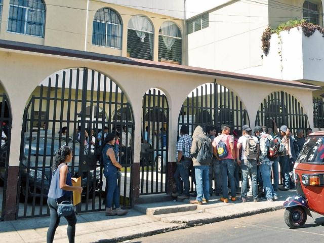 Varios jóvenes hacen el trámite de solicitud de antecedentes penales, en Cuilapa, Santa Rosa.