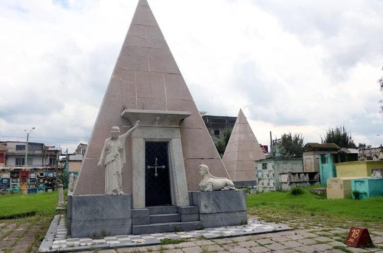 El panteón de la familia Calderón tiene diseño griego, pero uno de sus pilares se ha agrietado. (Foto Prensa Libre: Carlos Ventura)