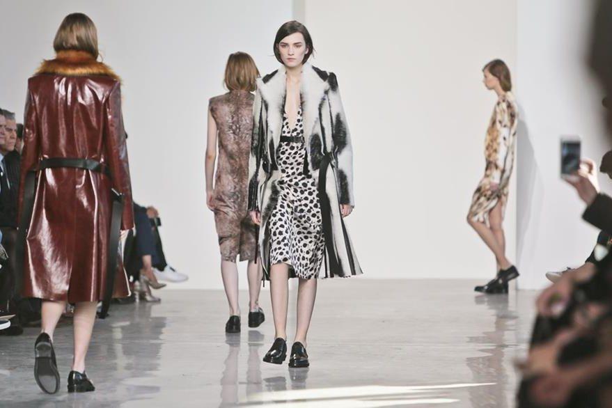 Las pieles se hicieron presentes en las prendas de Calvin Klein. (Foto Prensa Libre: AP)
