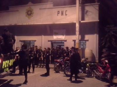 El contingente policial espera a los 20 detenidos para resguardarlos en la carceleta de la subestación, en San Benito, Petén. (Foto Prensa Libre: Rigoberto Escobar)