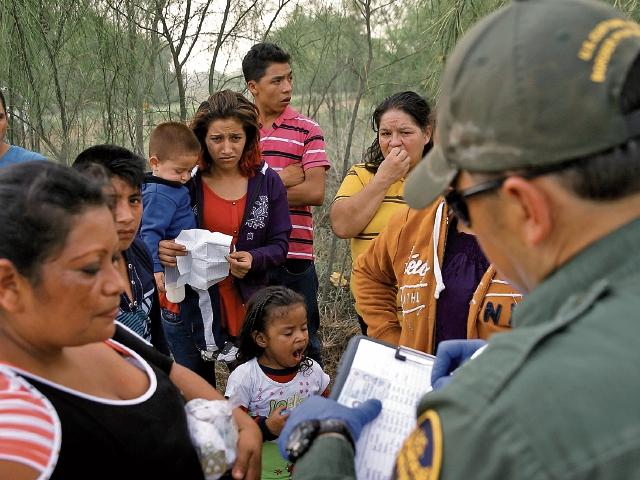 Hallan 23 migrantes en tráiler en Texas