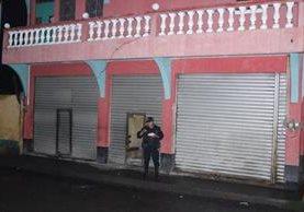 Venta de licor donde murió una mujer, en Chimaltenango, es resguardado por agentes de la PNC. (Foto Prensa Libre: Víctor Chamalé)