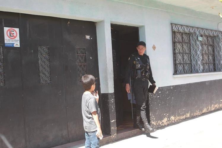 Un PNC custodia el ingreso a la vivienda donde murió la anciana. (Foto Prensa Libre: Érick Ávila)