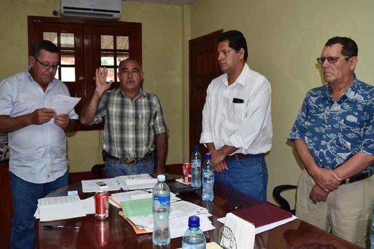 Mario Mejía jura como nuevo alcalde de Iztapa, Escuintla, cargo que asumió por el deceso de Edwin Chicas. (Foto Prensa Libre: Carlos Paredes).