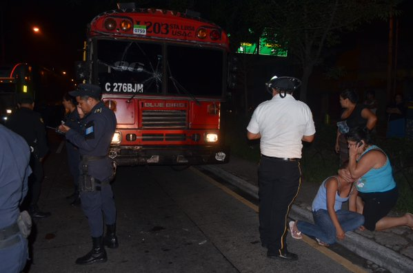 El autobús de la ruta 96 quedó en el lugar y en su interior el piloto sin vida. (Foto Prensa Libre: Cortesía CVB)