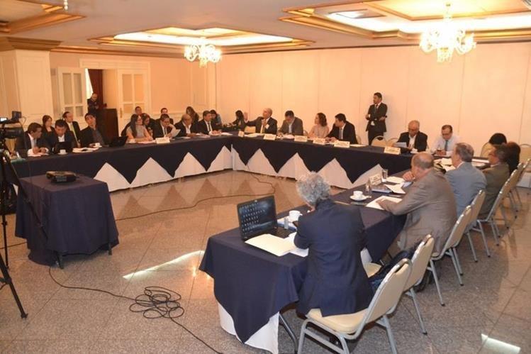 Comisión de Asuntos Electorales del Congreso en una de las reuniones para discutir reformas a la Ley Electoral y de Partidos Políticos. (Foto Prensa Libre: Hemeroteca PL)