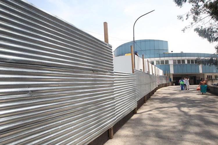 Terreno donde se construyó el nuevo edificio era utilizado como parqueo para personal del hospital. (Foto Prensa Libre: Erick Ávila)