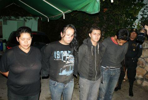 Los cuatro fueron capturados dentro de la vivienda en la colonia Ciudad Nueva. (Foto Prensa Libre: PNC)