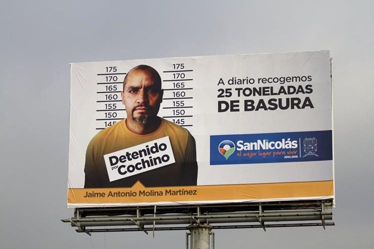 <em>La imagen de un hombre sometido a un arresto por tirar desechos en sitios prohibidos de San Nicolás de los Garza, se exhibe en Monterrey. (Foto Prensa Libre: EFE).</em>