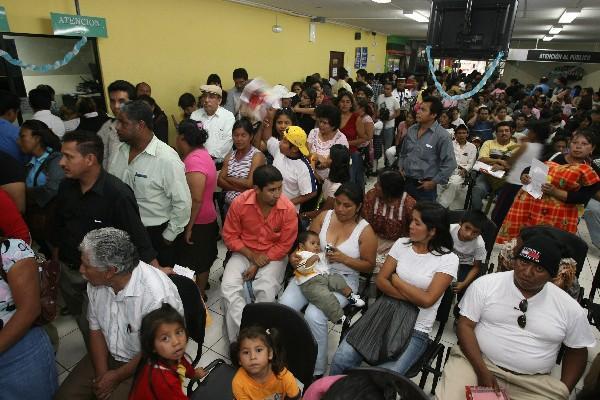 DECENAS DE  personas acuden a diario a las sedes del Renap con el propósito de tramitar su documento personal de identificación.
