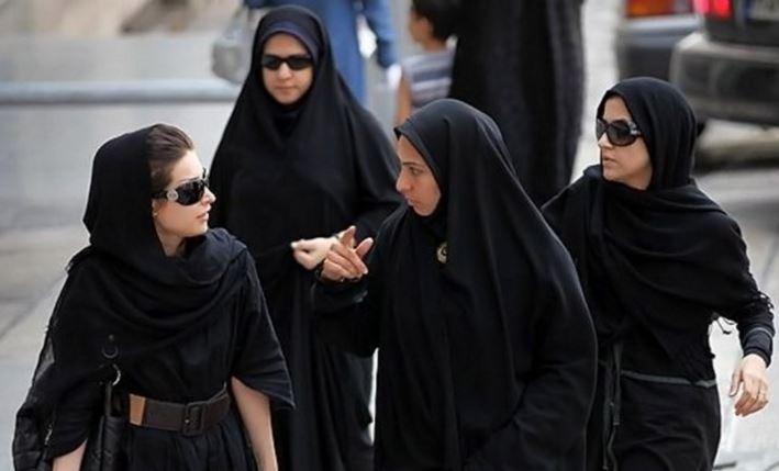 Mujeres iraníes caminan en una de las calles de Teherán. (Foto: Infobae).