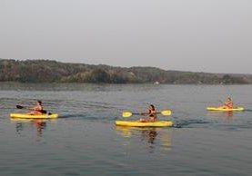 Turistas aprovechan la tarde calurosa para navegar en el lago Petén Itzá. (Foto Prensa Libre: Rigoberto Escobar)
