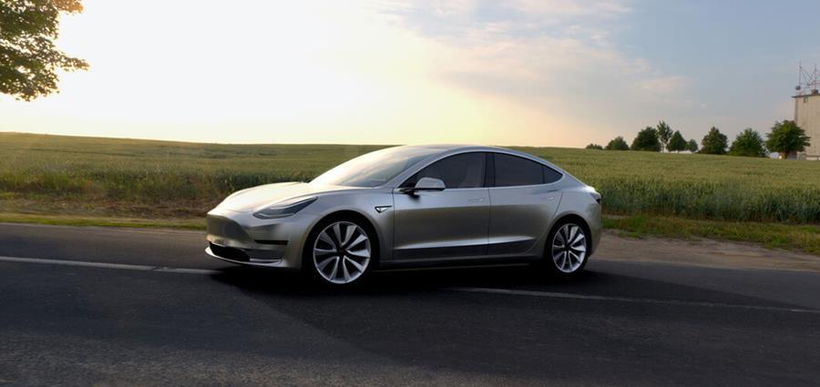 El Model 3 de Tesla, que saldrá al mercado a finales del 2017, es una prueba de que los automóviles eléctricos también pueden ser potentes y atractivos. (Foto: Hemeroteca PL).