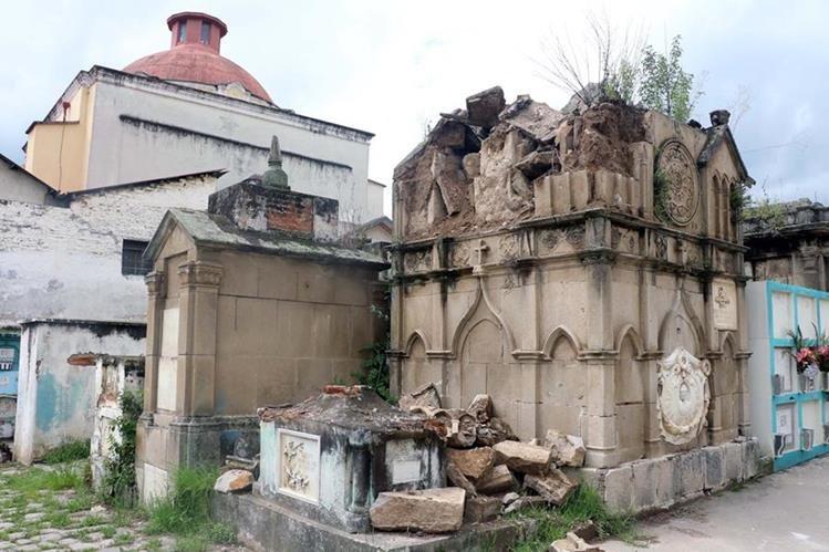 El mausoleo donde están los restos del exalcalde de Xelajú Pedro López Muñoz, está deteriorado. (Foto Prensa Libre: Carlos Ventura)