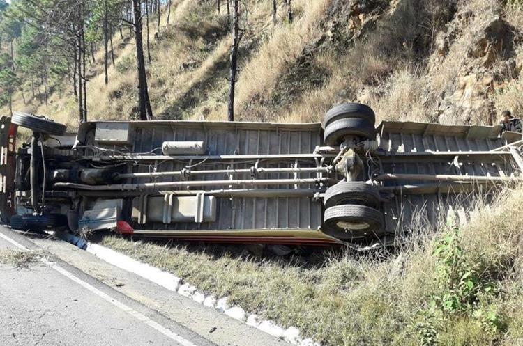 El bus quedó volcado a la orilla de la carretera en Salamá. (Foto Prensa Libre: @BVoluntariosGT).