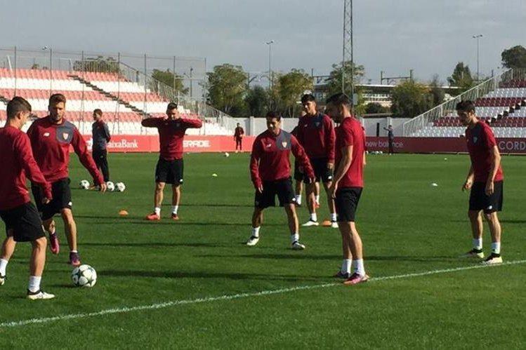 Los jugadores del Sevilla en el entrenamiento de cara al partido frente al Dinamo de Zagreb. (Foto Prensa Libre: Sevilla FC)