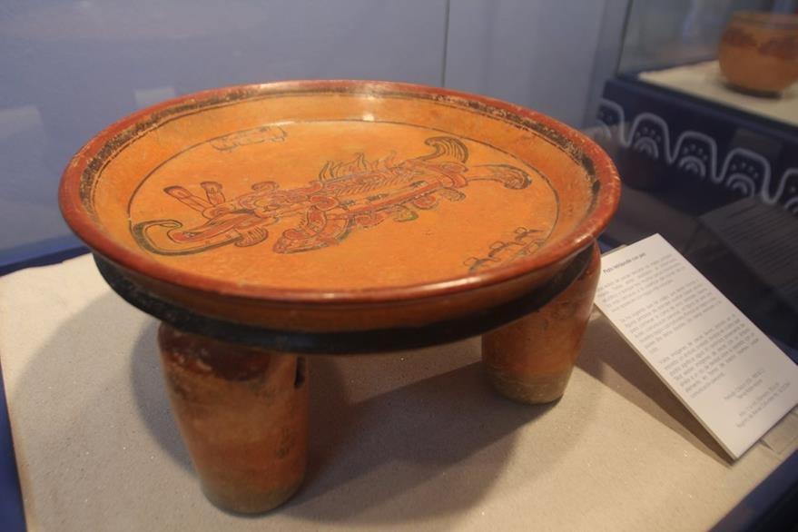 Plato Tetrápode con cuatro soportes cilíndricos de gran tamaño con ranura y sonaja. (Foto Prensa Libre: Miguel López)