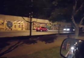 Vehículo que fue captado cuando circulaba contra la vía en la calzada Atanasio Tzul. (Foto Prensa Libre: Jessica Gramajo).