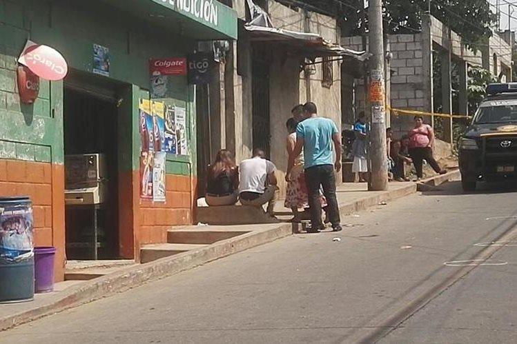 Familiares de la menor llegan al lugar a reconocer el cadáver. (Foto Prensa Libre: Byron Vásquez)