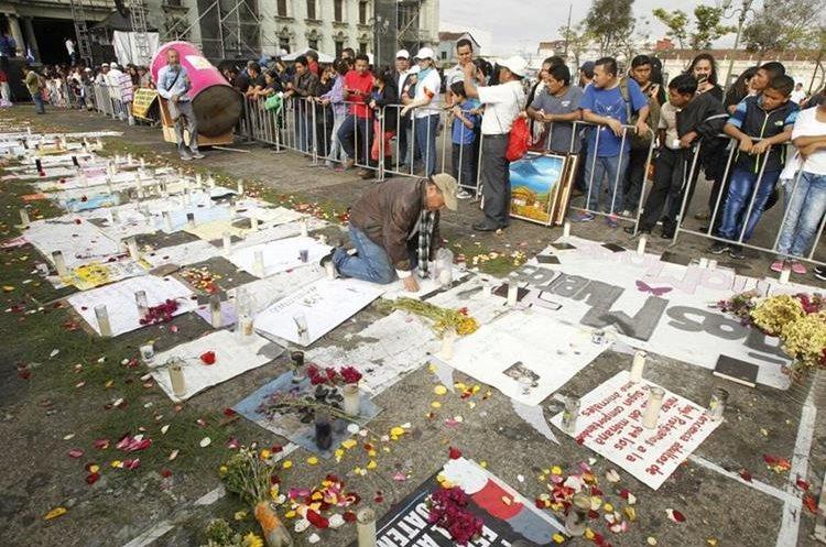 Peticiones en memoria de las 40 víctimas del Hogar Seguro son parte de la protesta.