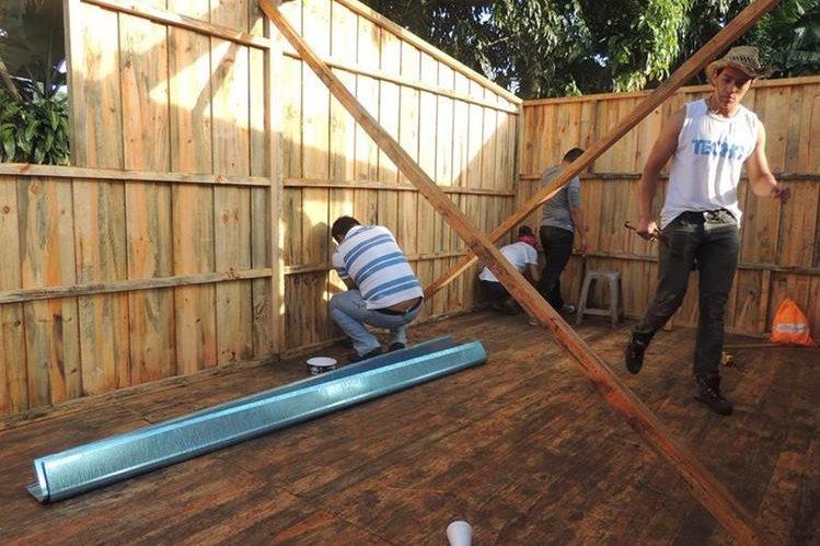 Con el apoyo de voluntarios, la organización Techo Occidentes construye casas para familias de escasos recursos. (Foto Prensa Libre: María José Longo)