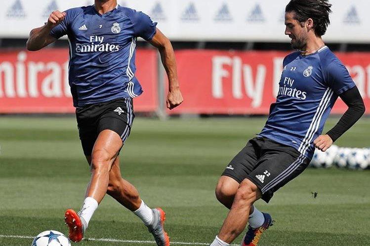 Cristiano e Isco durante el entrenamiento de este jueves. (Foto Prensa Libre: Twitter Real Madrid)